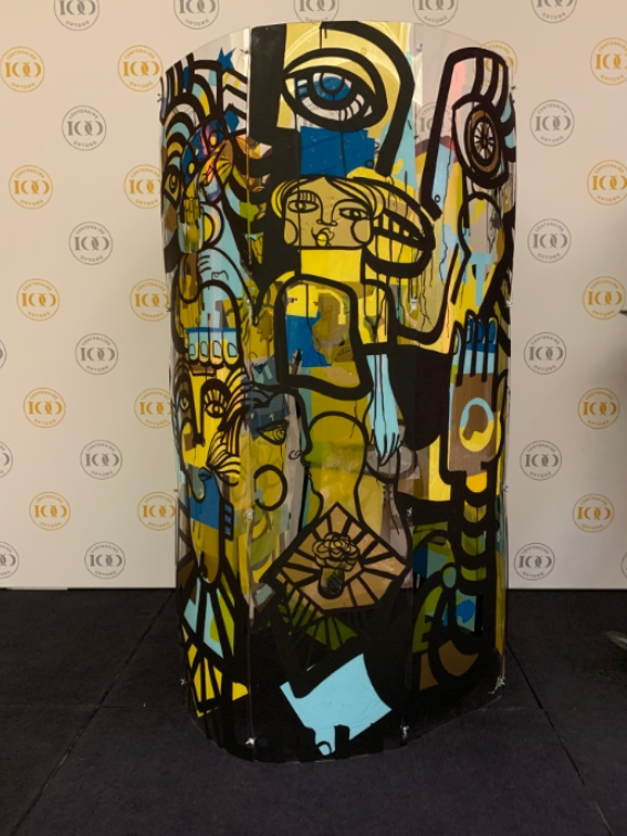 aNa artiste create live painting inside a plexiglass cylinder she opens en turns upside down at the and during a special reveal